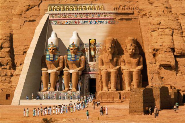 El templo de Abu Simbel en una reconstrucción de una ceremonia religiosa del pasado, y en la actualidad.