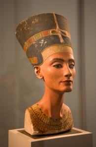 Busto de la reina Nefertiti.  Egipto, período de Tell el Amarna (s. XIV a.C.)