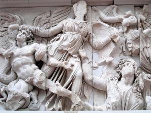 Pergamo Ateneacombatiendo contra los gigantes