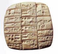 Tablilla de arcilla mesopotámica con escritura cuneiforme